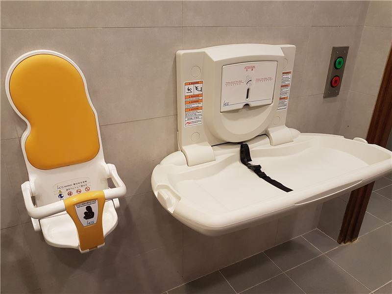 一樓無障礙廁所設有兒童安全座椅及尿布檯