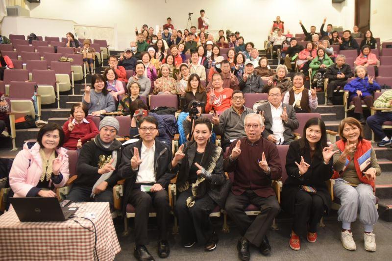 國父紀念館梁永斐館長與知名藝人陳亞蘭及參與講座的聽眾合影