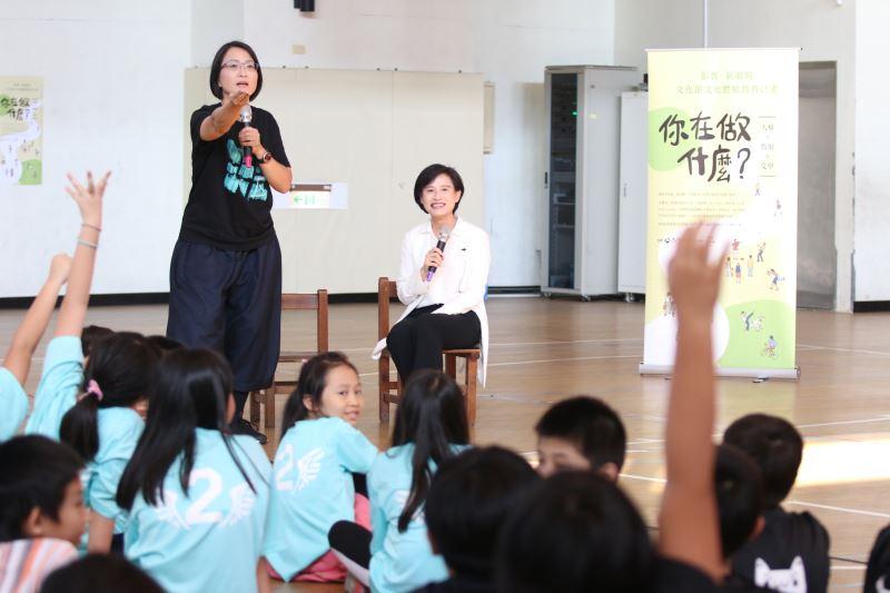 文化部長鄭麗君一同參與「一人一故事」的環節,並邀請學生為故事命名
