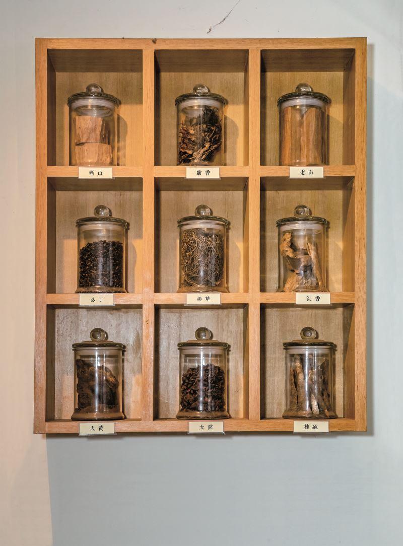 吳萬春香舖的香是使用純天然檀木與沉木入香,並摻入中藥材,因此氣味天然健康。