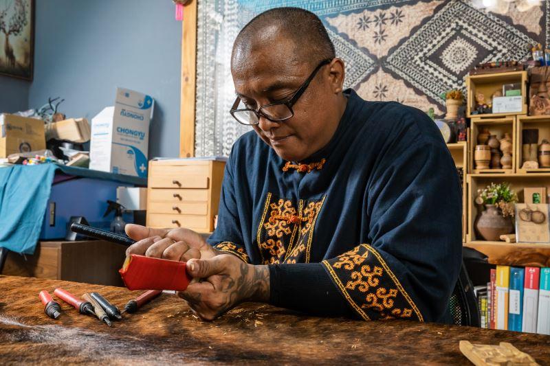 布拉鹿樣從父親手中傳承了製作族刀的工藝。