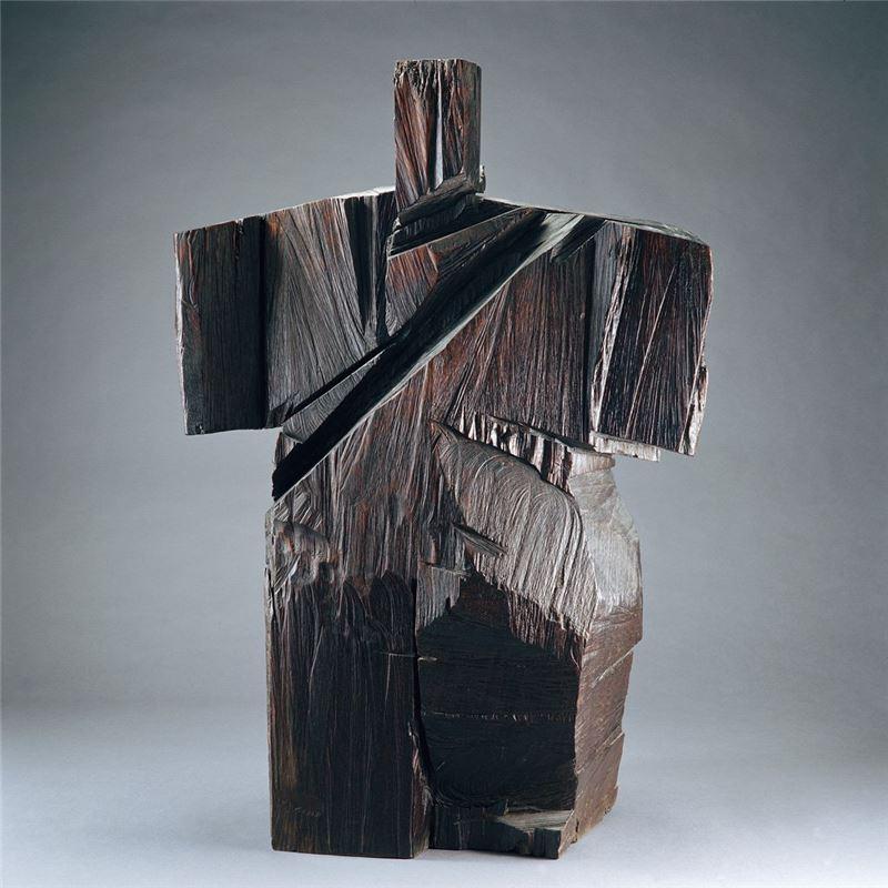 朱銘〈十字手〉1990 木雕 125×84×46 cm