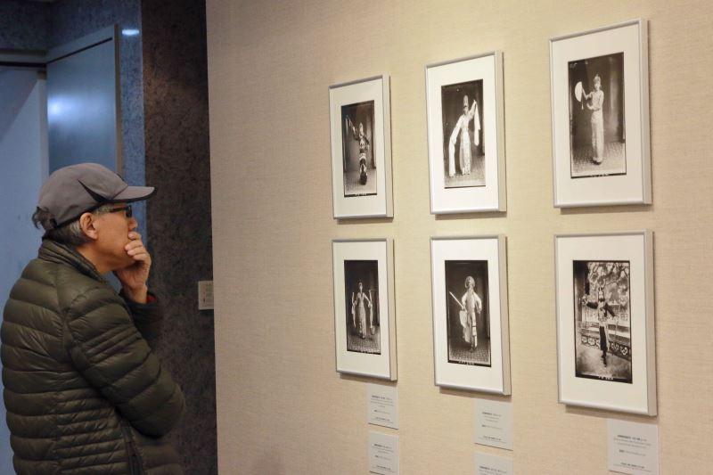 民眾駐足欣賞「萬物鏡觀」文化部藝廊攝影展