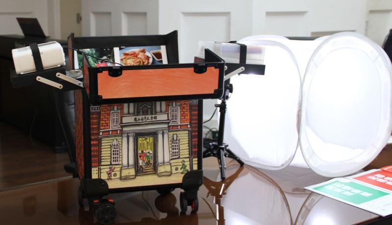 創齡資源箱內有多種素材,也可組裝簡易攝影棚,讓長者記錄身邊的事物