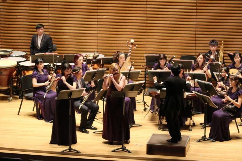 臺灣國樂團樂團首席-劉貞伶與長笛教授Amy Porter,聯手演繹《草蜢弄雞公》。