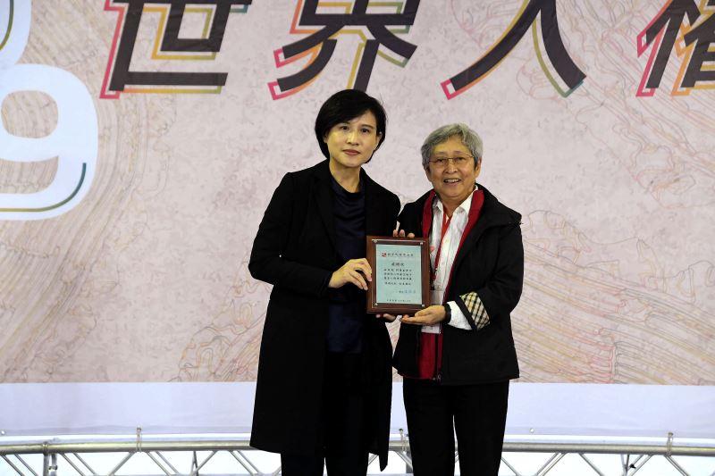 文化部長鄭麗君(左)頒發文物捐贈感謝狀予何康美女士(右)