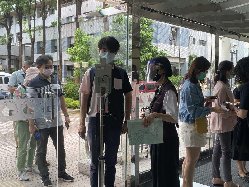 民眾入場使用電子無接觸驗票方式入場。