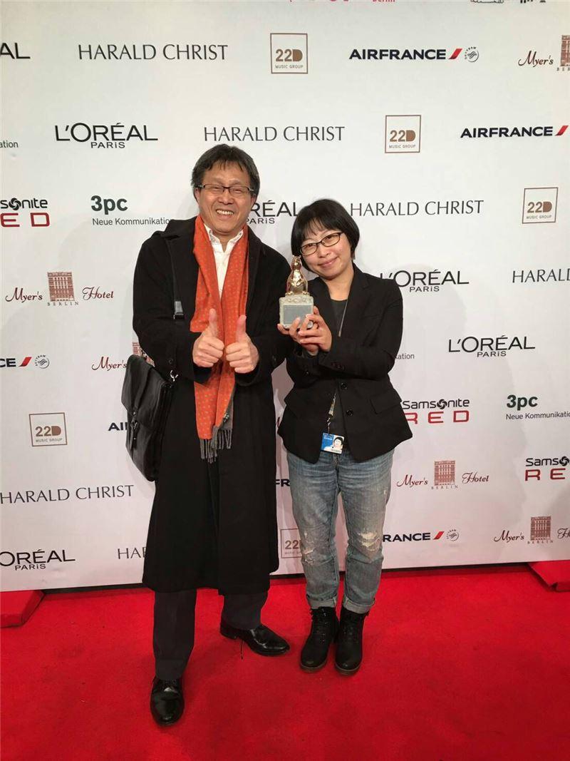 駐德代表處謝志偉大使(左)與黃惠偵導演(右)合影
