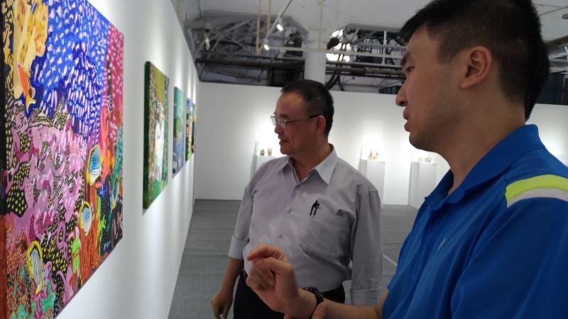 成人組得獎者謝宇軒(右)向文化部蕭宗煌次長介紹得獎奇蹟