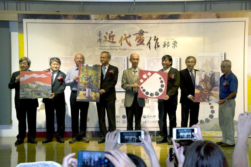 貴賓持「臺灣近代畫作郵票(107年版)」作品圖版