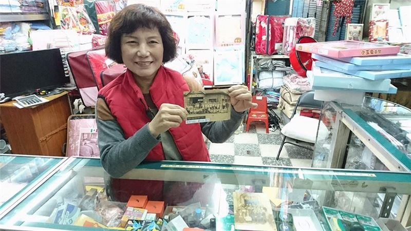 市場攤商將收藏已久的市場老照片提供給團隊做為文史展資料