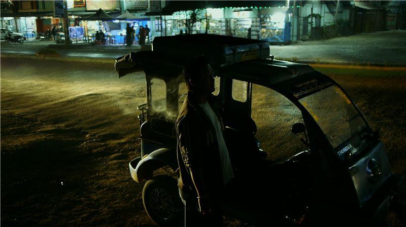 緬甸終於迎來首次總統大選,許多異鄉緬甸人開始對家鄉懷抱希望。遠赴台灣打工的阿洪與阿榮,也因此有了歸鄉打算,阿榮卻不幸命喪工地,徒留阿洪帶著朋友骨灰,獨自返鄉。