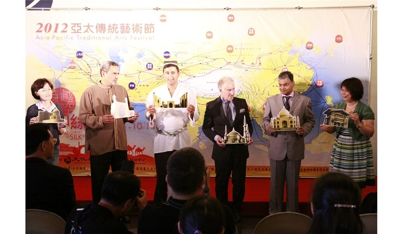 邀請貴賓、演出團體代表,手持該國地標,拼貼於絲路大地圖上,象徵亞太傳統藝術節延伸台灣文化觸角