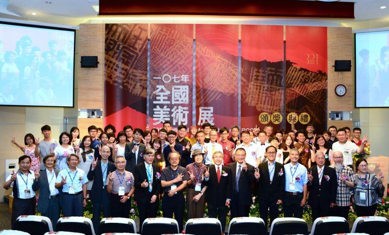 文化部陳濟民主秘(前右7),國美館蕭宗煌館長(前右6),評審委員,得獎者及貴賓合影