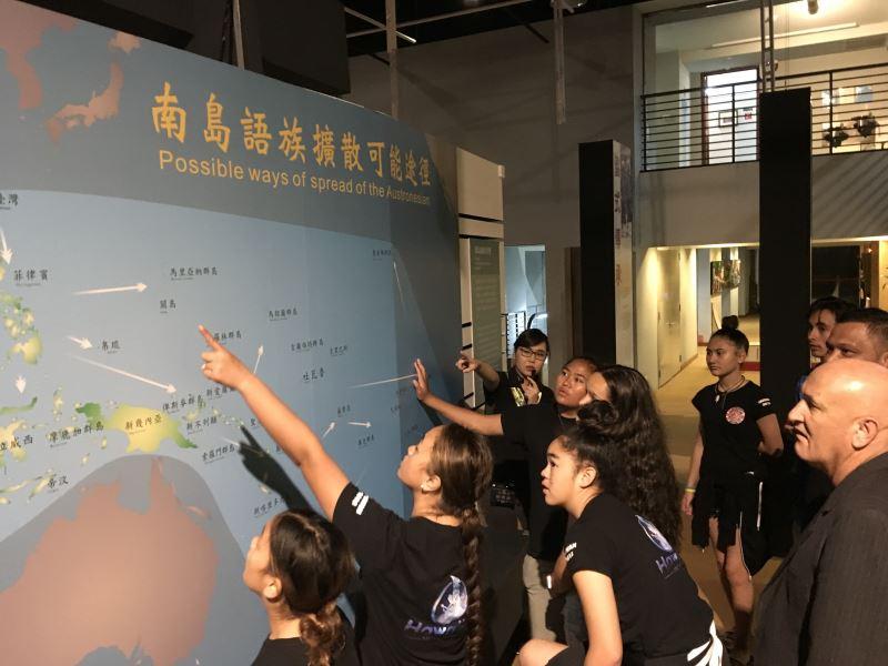 文化尋跟團員熱烈的討論祖先可能來自臺灣