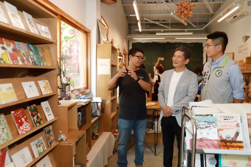 文化部長李永得(中)參觀新手書店