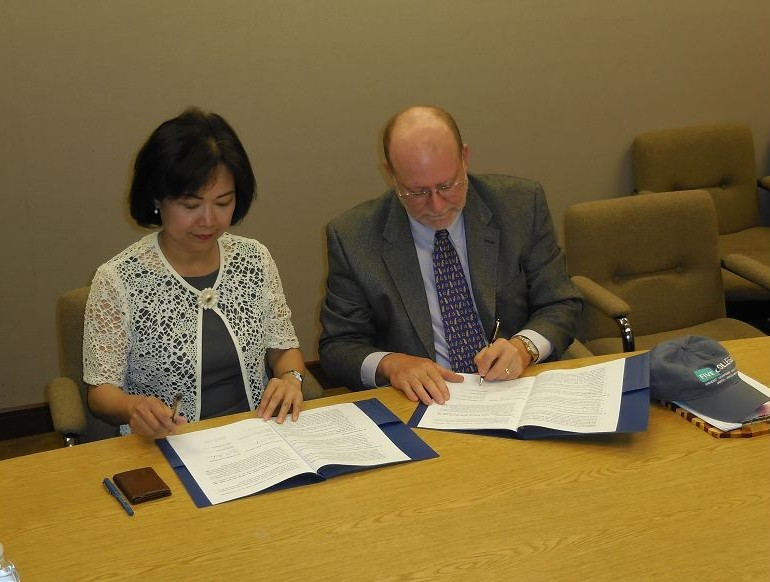 Anne Hung (left), director of the Taipei Economic and Cultural Office in Boston, signed a memorandum of understanding with Neal B. Abraham, executive director of the American consortium, at the TECO office on July 1.