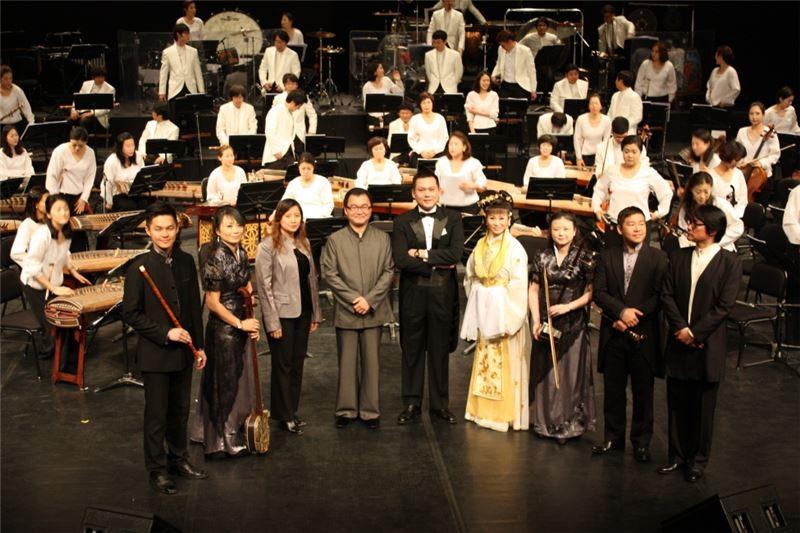 指揮顧寶文老師、韓國國立國樂管弦樂團與所有獨奏、唱音樂家合照