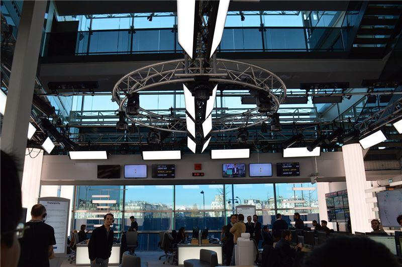 法國新聞台之新設全自動攝影棚及主播台。