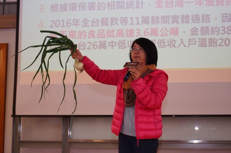 主婦聯盟環境保護基金會鄭秀娟副董事長介紹臺灣剩食問題