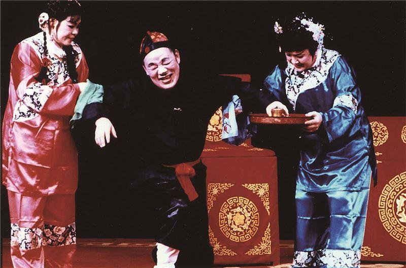 客家三腳採茶戲《糶酒》演出照片(2000)。(曾先枝飾張三郎,古蘭妹飾酒大姊,張雪英飾酒大姊)