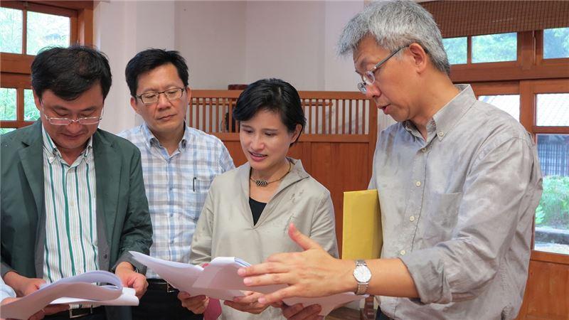 建築師郭俊沛向文化部長鄭麗君、立委張廖萬堅、黃國書說明刑務所的整修