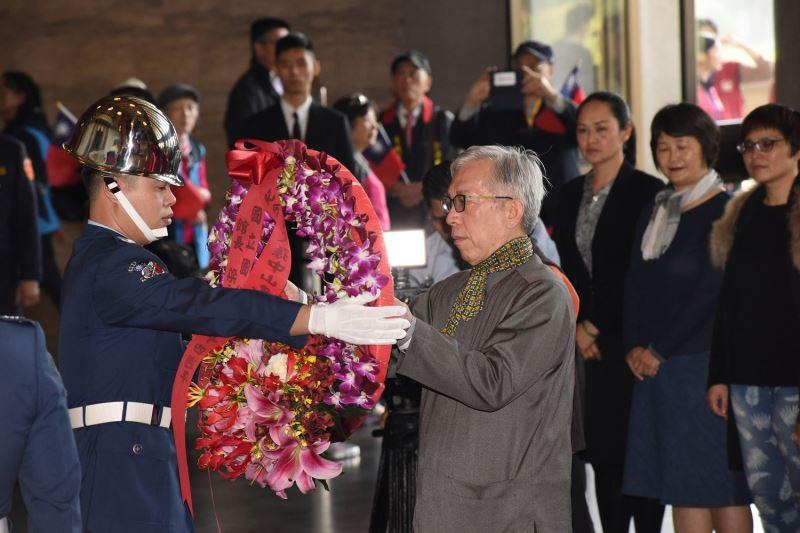 國父紀念館梁永斐館長率同仁向國父銅像行禮致敬