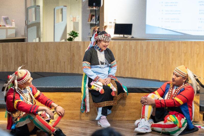 拉阿魯哇族人於臺音講堂示範演唱歌謠