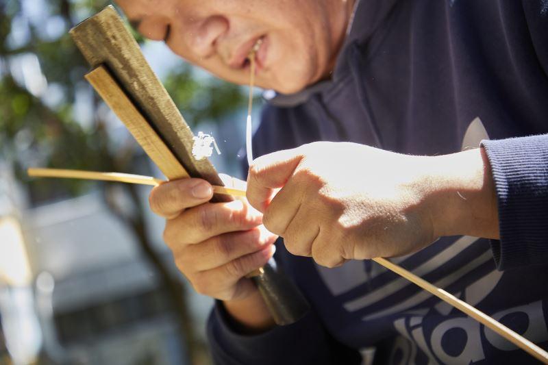 竹子需要經過處理才能拿來編製,處理竹材時需要口手並用,長期下來對手部的傷害在所難免。