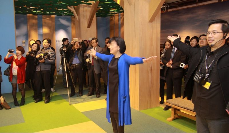 Minister Lung Ying-tai interacts with the state-of-the-art virtual devices.