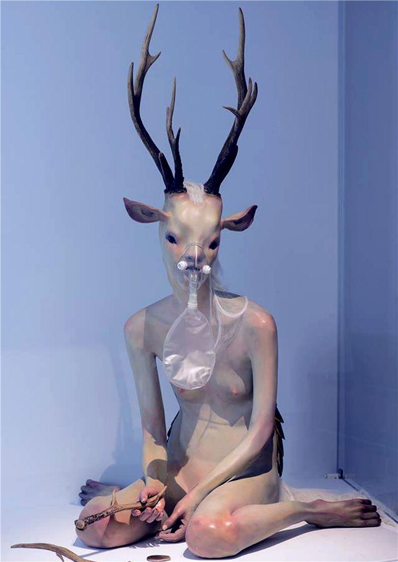黃贊倫〈安妮 Anne〉2013 FRP、機件、人工皮草、鹿角、龜粄 150×90×90 cm