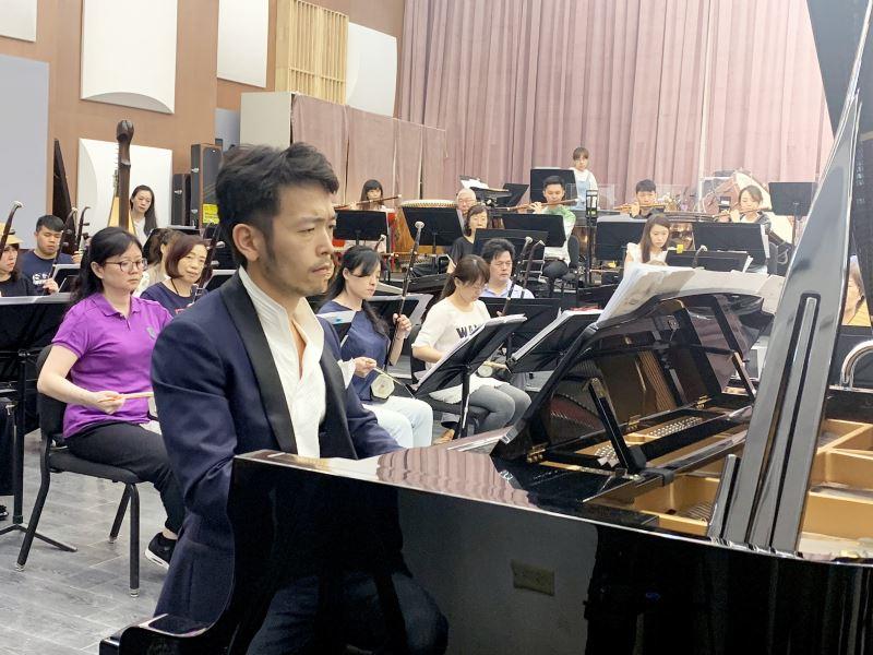 圖7:臺灣新生代著名鋼琴演奏家嚴俊傑,將演出鋼琴協奏曲《愛河暢想曲》,用具有浪漫色彩的主題旋律,描繪出高雄愛河的美麗景象。
