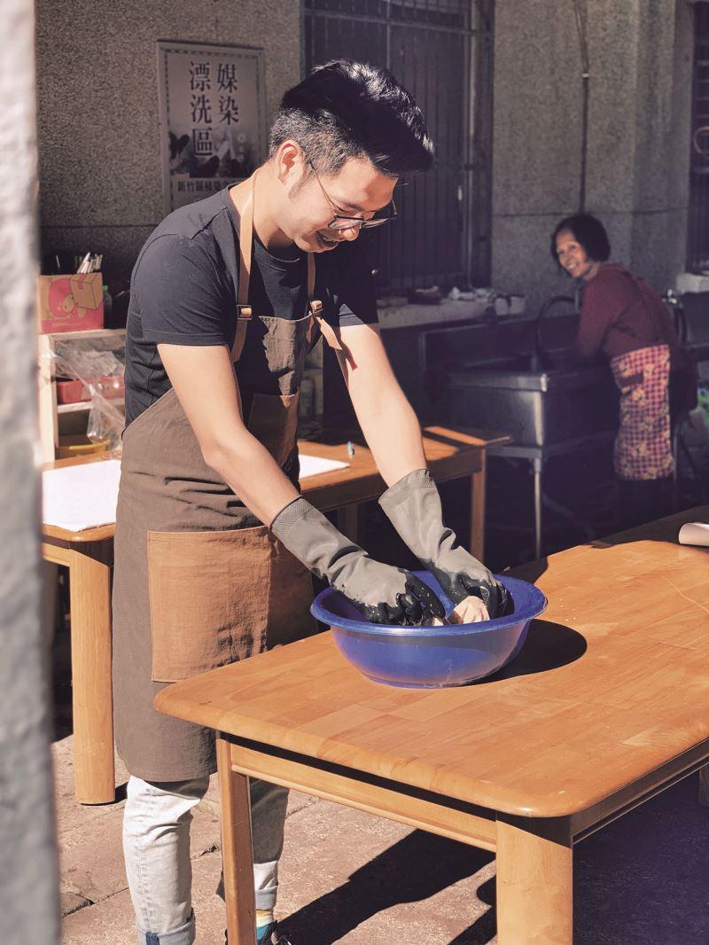 吳至航參與新竹縣柿染文化協會的產品開發,實際操作柿染。