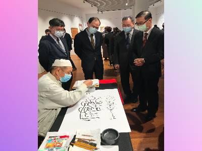 中華民國外交部常務次長曹立傑參觀金玉泉老師現場以阿拉伯文揮毫。