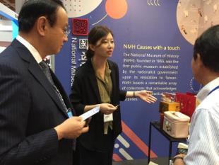 文創行銷組王雅璇與現場來賓介紹史博館圖像授權模式及成果