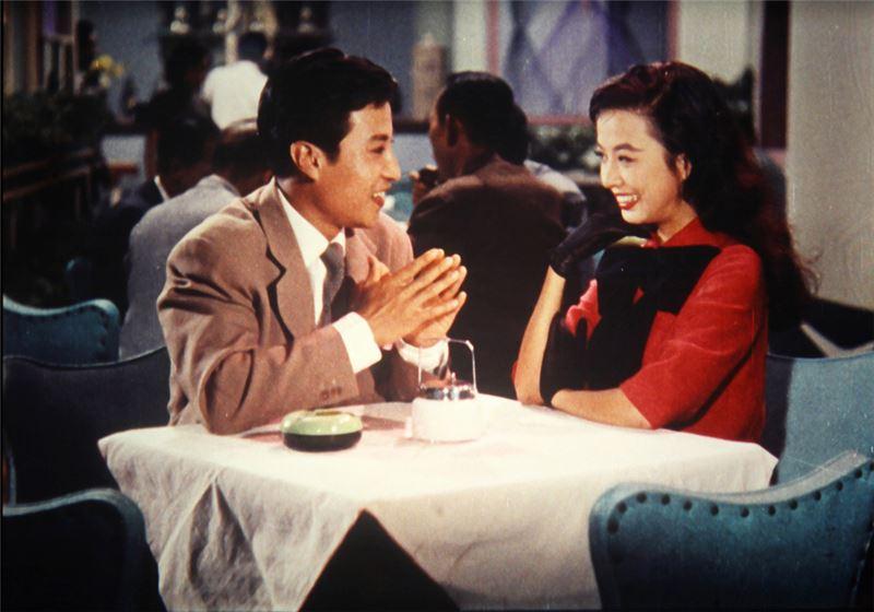 五○年代中期,香港新華影業公司推出小成本的《桃花江》(1956),數首電影插曲流傳走紅,歌唱電影成為票房主流,各獨立片商競相拍製,開啟了華語歌舞片的黃金年代。