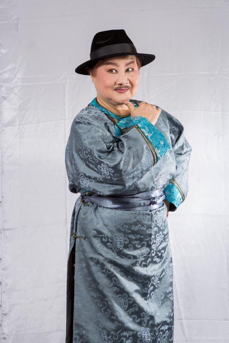 資深北管藝師李美娘不僅擔任北管戲曲指導,並實際演出阿萬師一角。