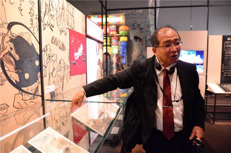 日本國立歷史民俗博物館久留島浩館長介紹本次來臺的展品「鯰繪」