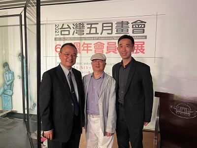「2021台灣五月畫會65週年會員聯展」左起:文化部蕭宗煌政務次長、台灣五月畫會吳柳理事長與國父紀念館王蘭生館長合影。