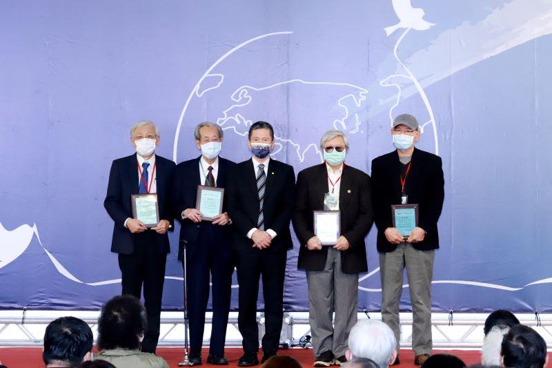 文化部長李永得(中)頒贈感謝狀,與文物捐贈人合影