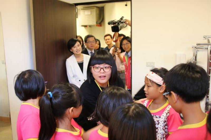 國立臺南大學戲劇創作與應用學系學生帶領新營國小的孩童體驗劇場文化。