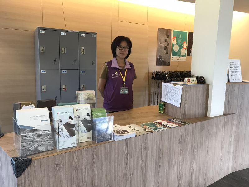 白色恐怖景美紀念園區的服務台照片, 我們的服務志工穿著紫色背心