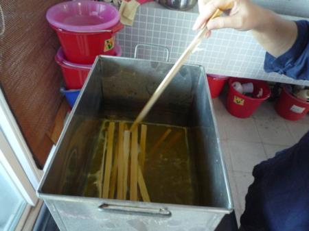 01將材料放入染鍋中煮染