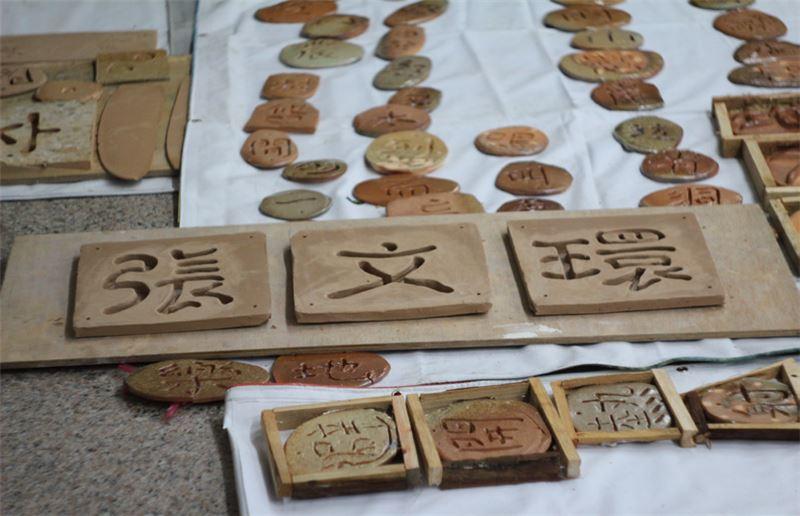 陶板裝飾營造張文環文學地景計畫,從其知名小說《閹雞》、《夜猿》摘出重要意象