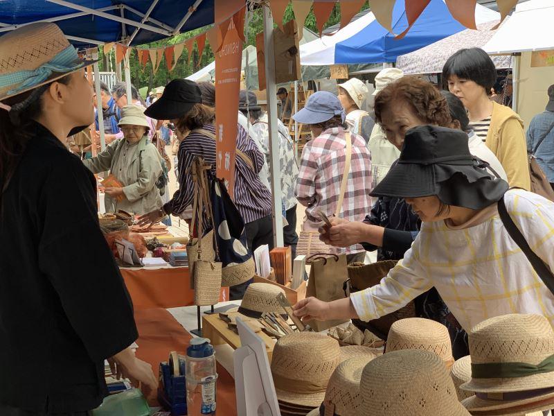 台灣5個社區工藝受到日本民眾熱烈參觀,圖為台灣藺草學會展位