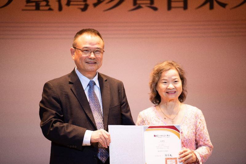 文化部蕭宗煌次長致贈感謝狀予作曲家張炫文夫人林秀珍女士