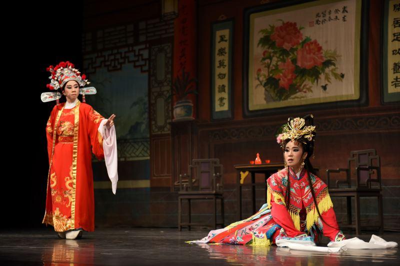 陳麗香歌仔戲團帶來《歡喜冤家》,劇情錯綜複雜,引人入勝。