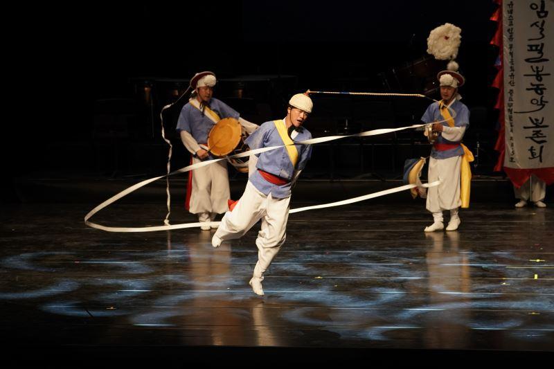 韓國任實郡筆鋒農樂帶來結合傳統打擊樂與戲劇的演出(國立傳統藝術中心提供)