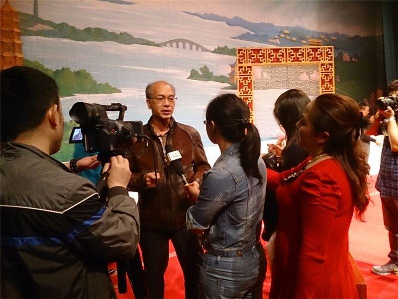 臺灣豫劇團彭宏志團長,被洛陽市媒體記者包圍訪問。