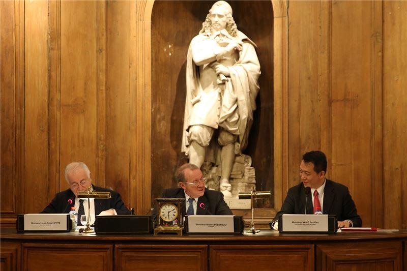 右起文化部次長楊子葆、法蘭西學院人文政治科學院年度主席密歇爾.沛博侯(M. Michel Pébereau)先生及終身秘書尚-侯貝.皮特(M. Jean-Robert Pitte)先生共同主持第21屆臺法文化獎
